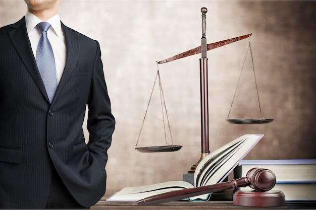 Advogado de sucesso com livro e martelo de juiz, conceito de direito