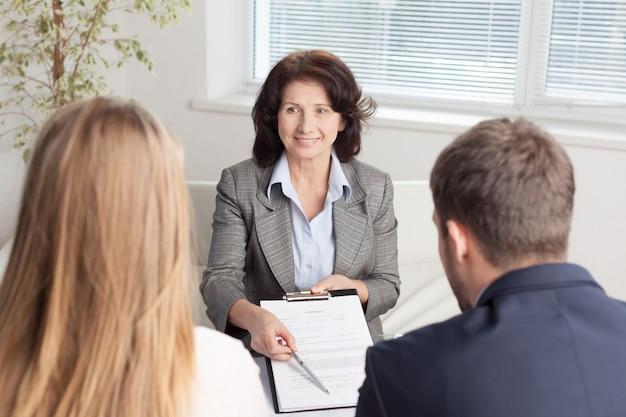 Advogado de sucesso dando consultoria a um casal de família