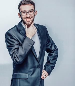 Advogado de sucesso em um terno de negócios em um branco