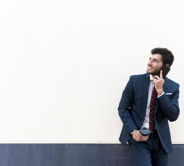 Advogado de vista frontal com telefone olhando para longe