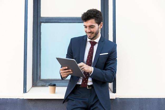 Advogado de vista frontal, olhando para o seu tablet