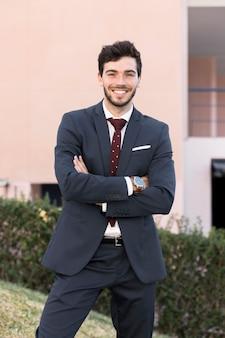 Advogado de vista frontal posando ao ar livre