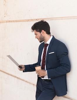 Advogado de vista lateral, olhando para o seu tablet