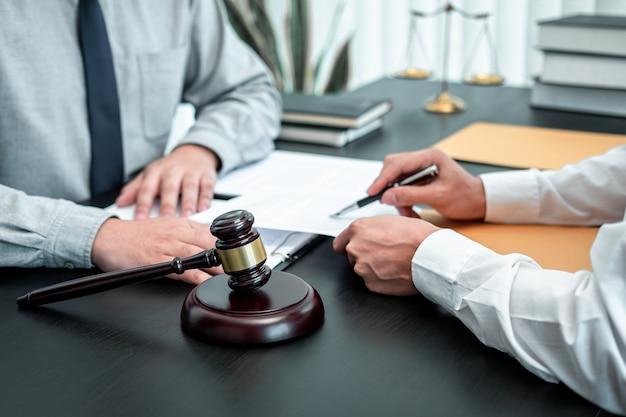 Advogado discutindo o caso legal de negociação com a reunião do cliente com o contrato de documento no escritório, lei e justiça, advogado, conceito de processo.