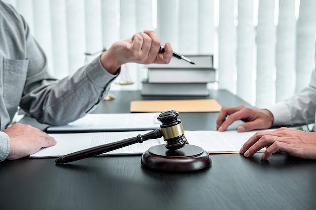 Advogado discutindo o caso legal de negociação com uma reunião do cliente com o contato do documento no conceito de tribunal, direito e justiça.