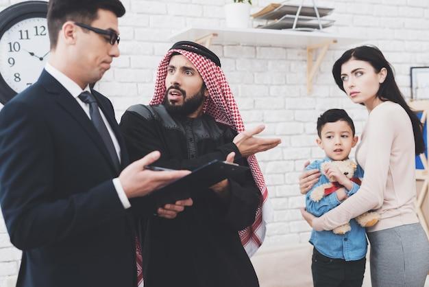 Advogado do divórcio no escritório com marido e esposa árabes.