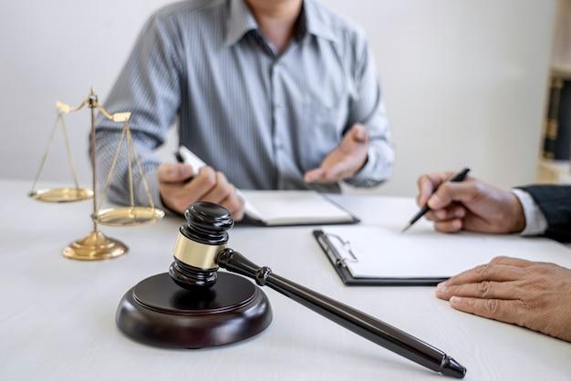Advogado e empresário profissional trabalhando