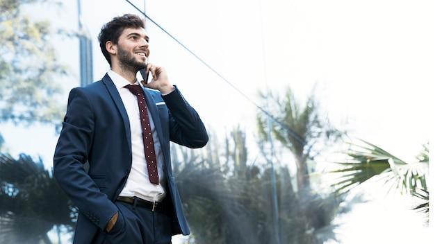 Advogado elegante da vista lateral que fala no telefone