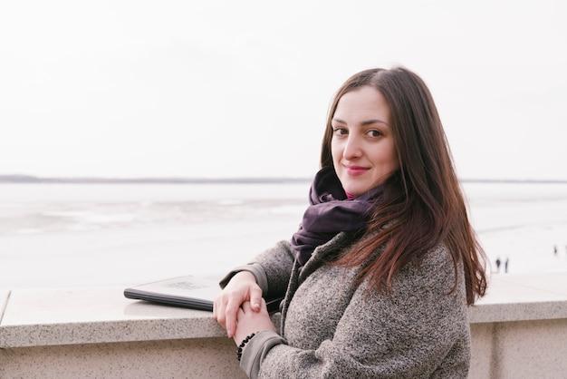 Advogado em frente ao mar