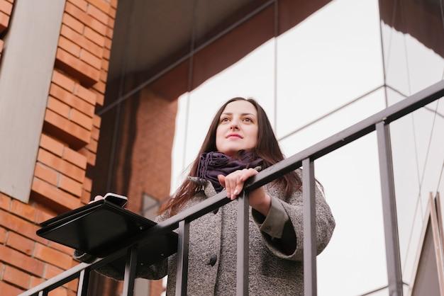 Advogado em uma varanda