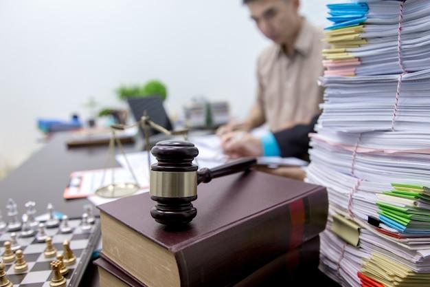 Advogado empresarial que trabalha sobre a legislação legal na sala de audiências para ajudar o cliente