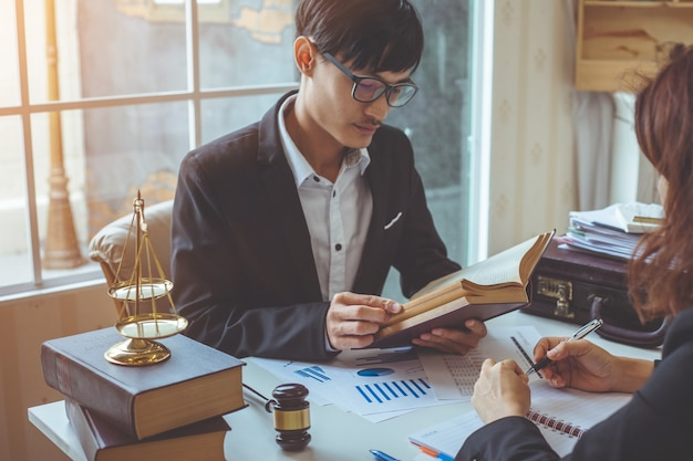 Advogado empresarial que trabalha sobre a legislação legal na sala de audiências para ajudar o seu cliente.