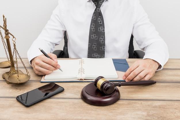 Advogado escrevendo compromissos