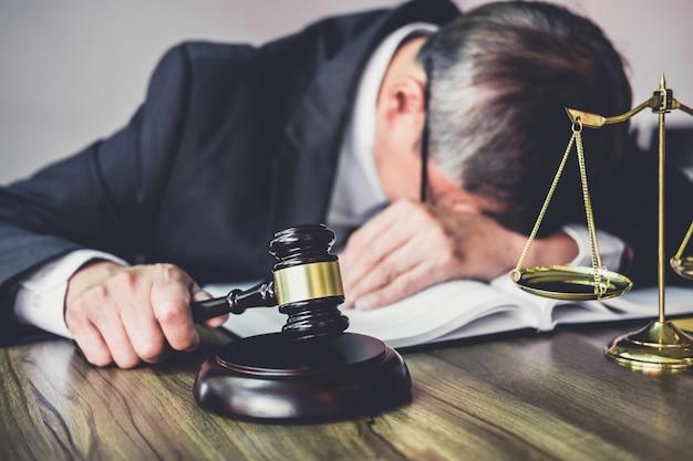 Advogado está cansado e dores de cabeça enxaqueca durante o trabalho duro em um documentos