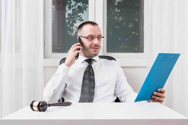 Advogado, falando, e, examinando, documento