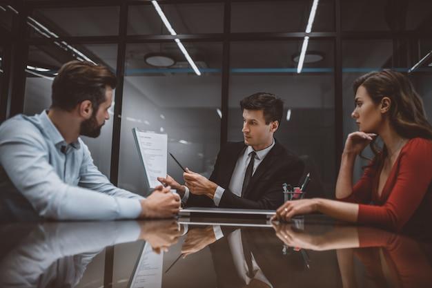Advogado falando sobre o contrato matrimonial com os cônjuges