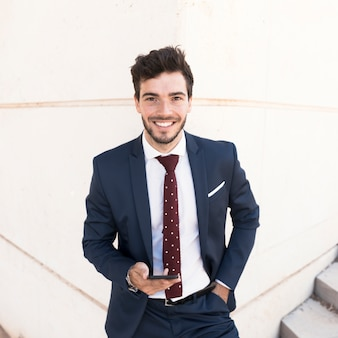 Advogado feliz de vista frontal com smartphone
