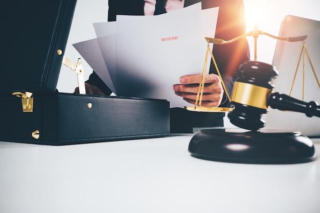 Advogado jovem abriu bolsa preta com papel
