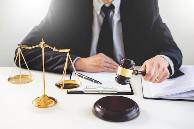 Advogado masculino em um tribunal golpeando o martelo