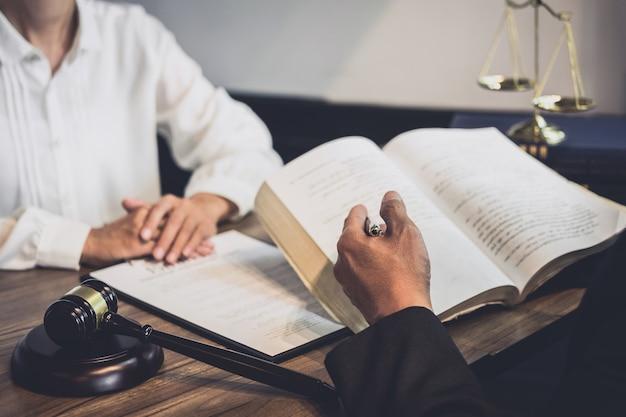 Advogado masculino ou conselheiro juiz tendo reunião da equipe com o cliente