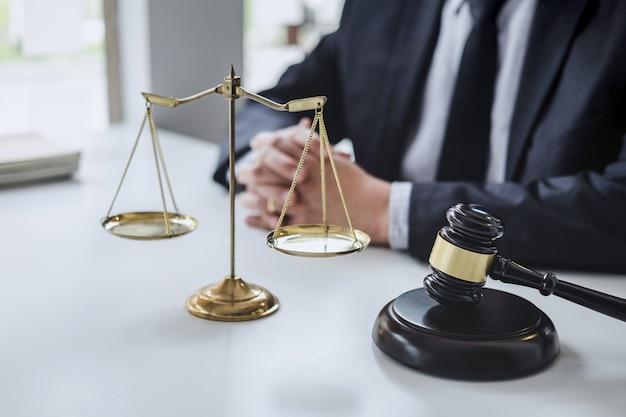 Advogado masculino que trabalha com documentos contratuais,