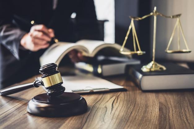 Advogado ou conselheiro de juízes trabalhando com contrato no tribunal.