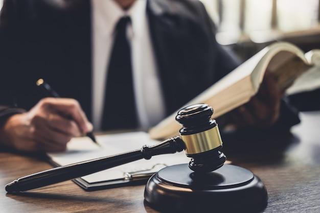 Advogado ou conselheiro de juízes trabalhando com contrato no tribunal