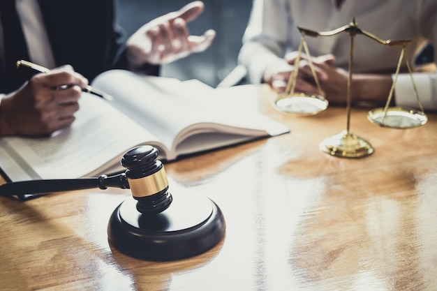 Advogado ou conselheiro que trabalha em uma sala de tribunal tenha a reunião com o cliente é consulta