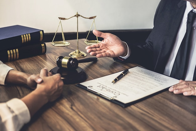Advogado ou juiz conselheiro tendo reunião de equipe com cliente, direito e serviços jurídicos