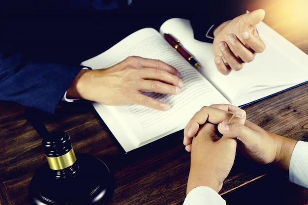 Advogado ou juiz martelo com trabalho de equilíbrio com o cliente