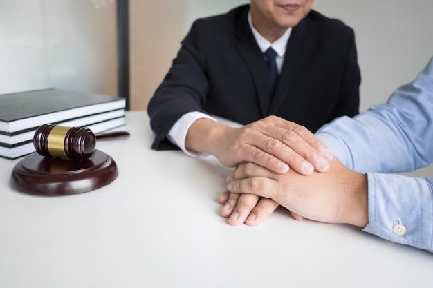 Advogado ou notário masculino maduro com o cliente decidindo o divórcio do casamento em seu escritório.