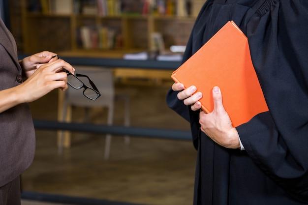 Advogado segurando um livro de direito no escritório