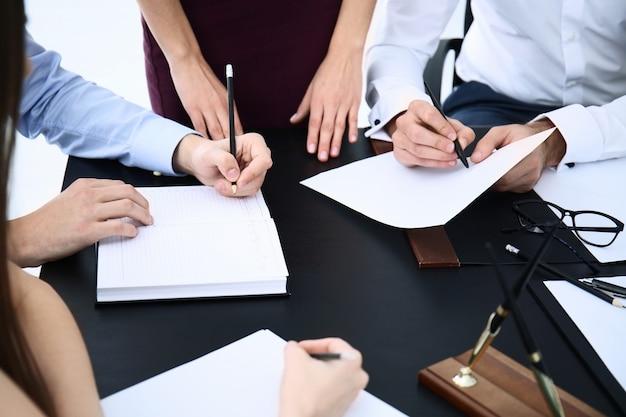 Advogado tendo reunião no escritório