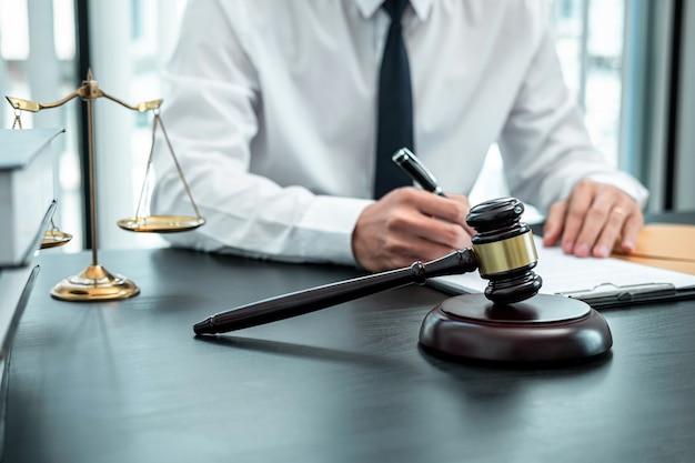 Advogado trabalhando com contrato de documento de processo legal no escritório, direito e justiça, advogado, conceito de ação judicial.