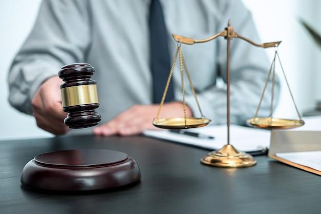 Advogado trabalhando com contrato documental de processo no escritório, direito e justiça, procurador