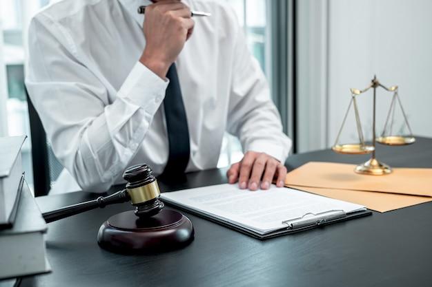 Advogado trabalhando com contrato documental de processo no escritório, direito e justiça