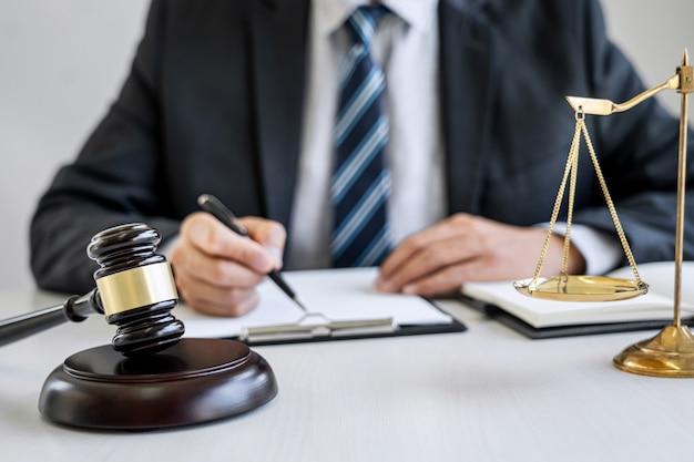 Advogado trabalhando com documentos contratuais