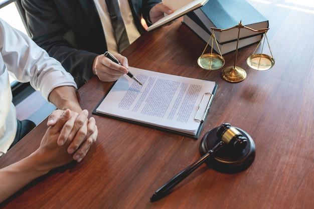 Advogado trabalhando com o cliente discutindo sobre legislação legal no tribunal Foto Premium