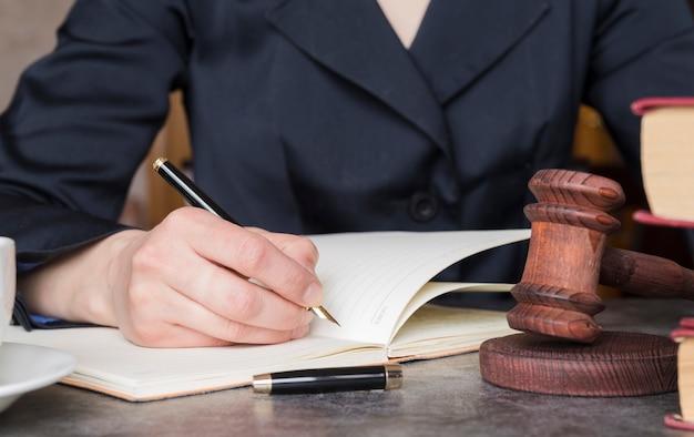 Advogado trabalhando de perto