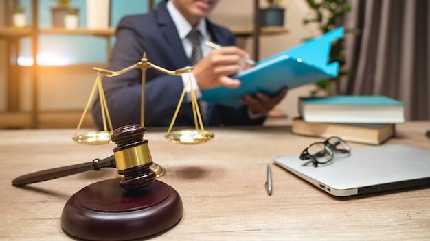 Advogados da justiça têm uma reunião de equipe no escritório de advocacia.