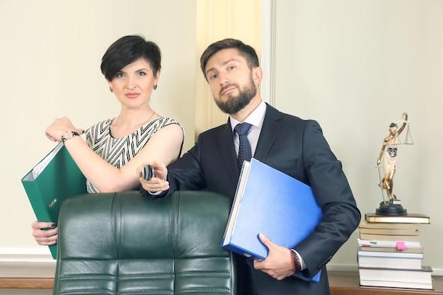 Advogados de negócios bem-sucedidos, homem e mulher em escritório trabalhando