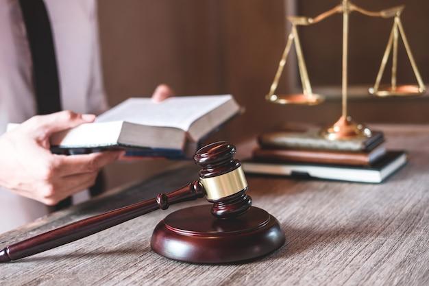 Advogados masculinos que trabalham tendo no escritório de advocacia no escritório. conceitos de aconselhamento jurídico
