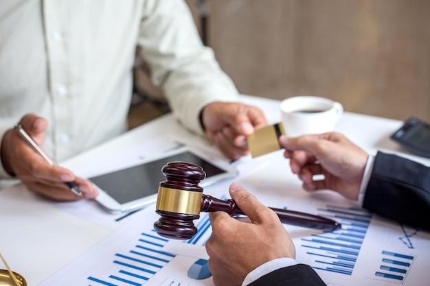 Advogados na consultoria de fraude em cartões de crédito.