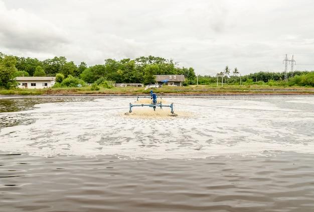 Aeradores de superfície na lagoa de águas residuais no local de aterro uso para tornar as águas residuais para limpar a água