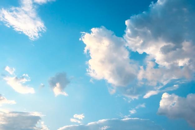Aéreas nuvens brancas em um céu azul.