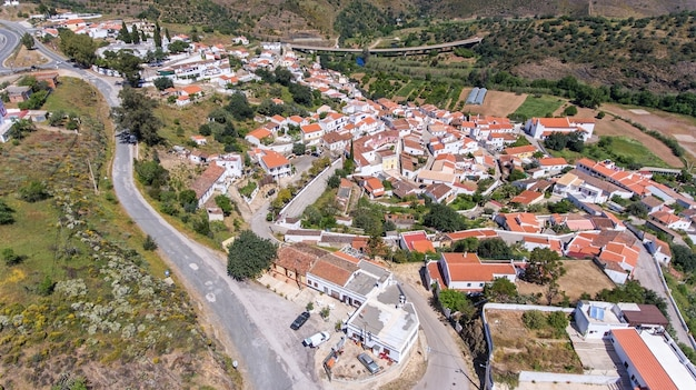 Aéreo. aldeia odeleyte em um reservatório de barragem. portugal, algarve