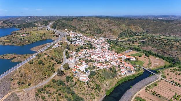 Aéreo. aldeia odeleyte em um reservatório de barragem. portugal