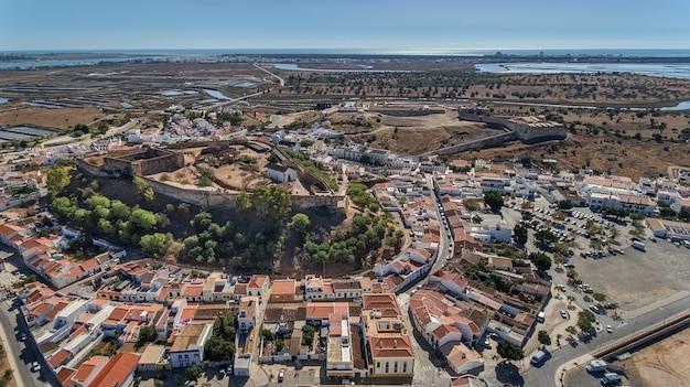 Aéreo. antigas muralhas da povoação militar do castelo de castro marim, portugal