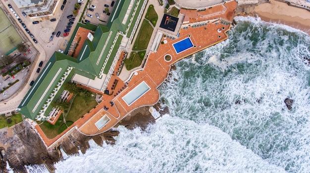 Aéreo. as ondas durante uma tempestade lavam a costa da ericeira portugal.