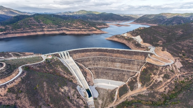 Aéreo. barragem do reservatório de odelouca de água potável na região do algarve de portugal. monchique.